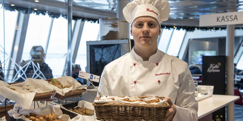 Käsin leivottuja kahvileipiä Cafeterian tiskistä