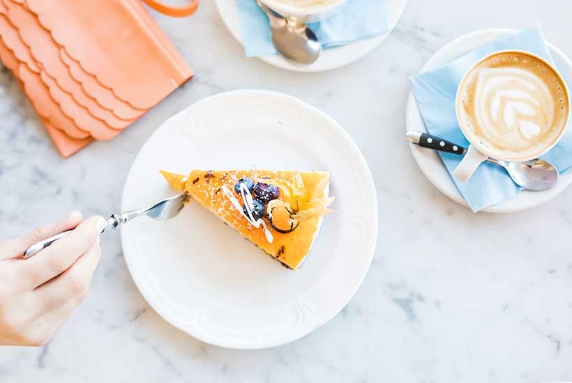 Mika Pajula kehuu Kohvik Komeetin kakkupaloja. Muutakin ruokaa Solaris-kauppakeskuksen kahvilasta saa.