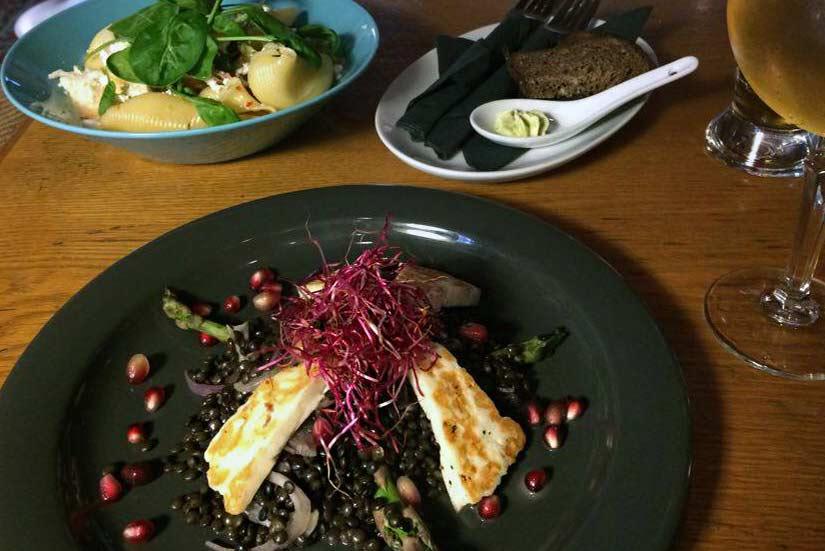 Must Puudel Vanhassakaupungissa tarjoaa kasvisruokaa sekä pubityylistä lounasta.