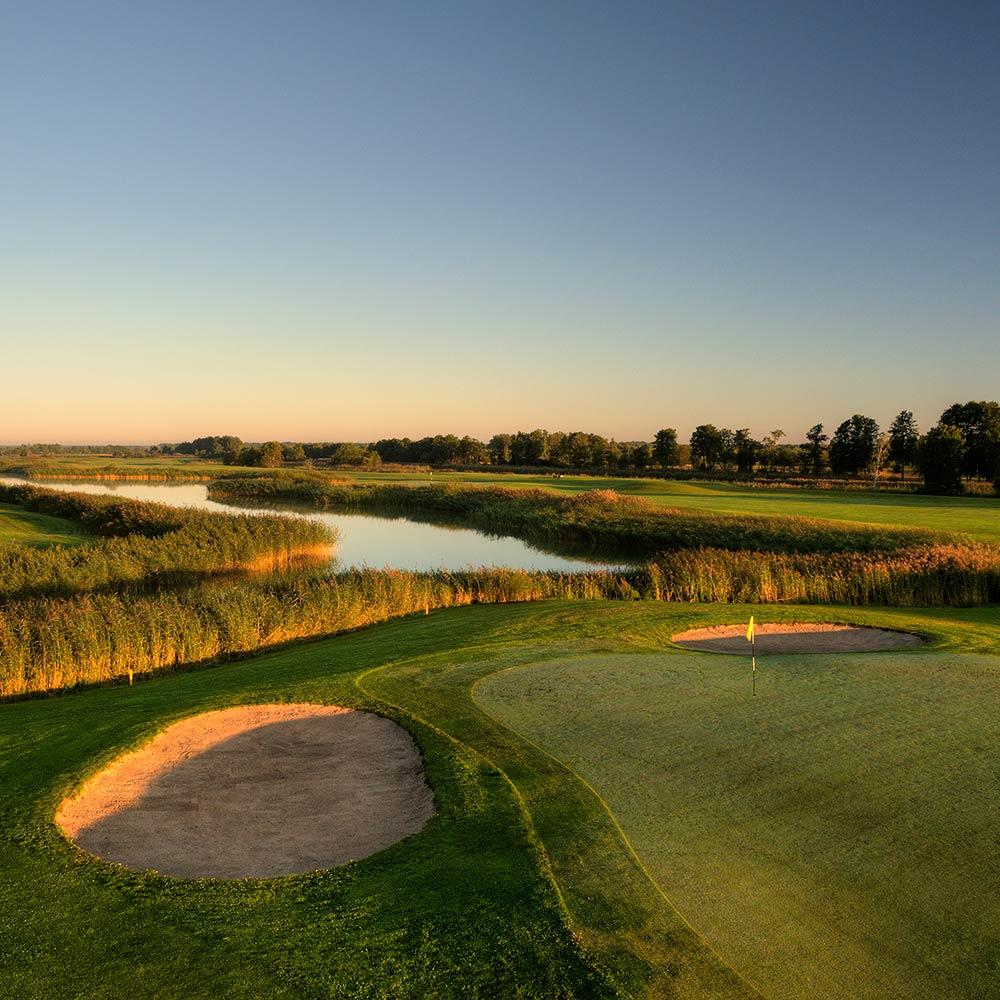 White Beach Golf Seilaa golfmatkalle Viroon